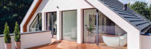 maison energetique avec terrasse en bois