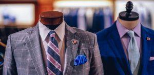 Un costume a carreaux et un costume bleu exposes