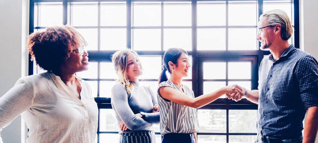 Trois femmes et un homme qui negocient