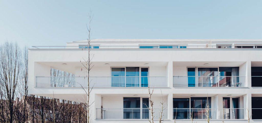 Moderne bouwconstructie met boom in de winter
