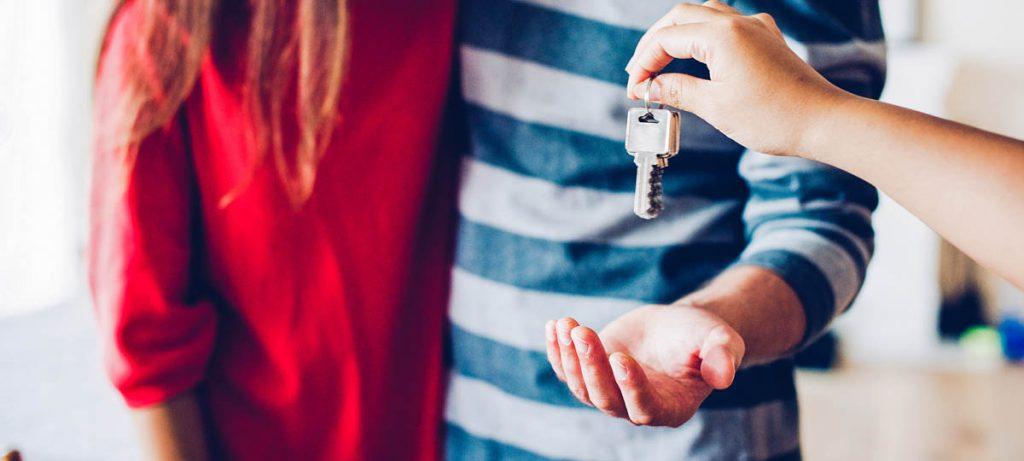 Het overhandigen van de sleutels van een woning aan een koppel