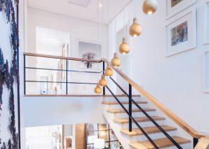 Interieur van een woning met trappen en kaders