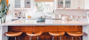 Keuken van een lichtrijk appartement met kasten en witte potten