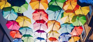 Parapluies de differentes couleurs pour se proteger