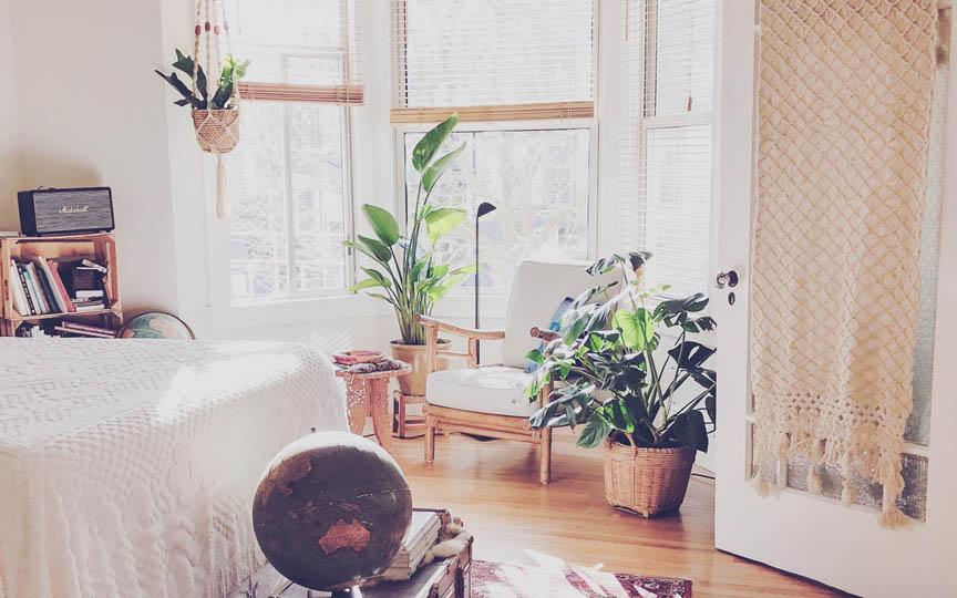 Slaapkamer van een woning met planten en zeten