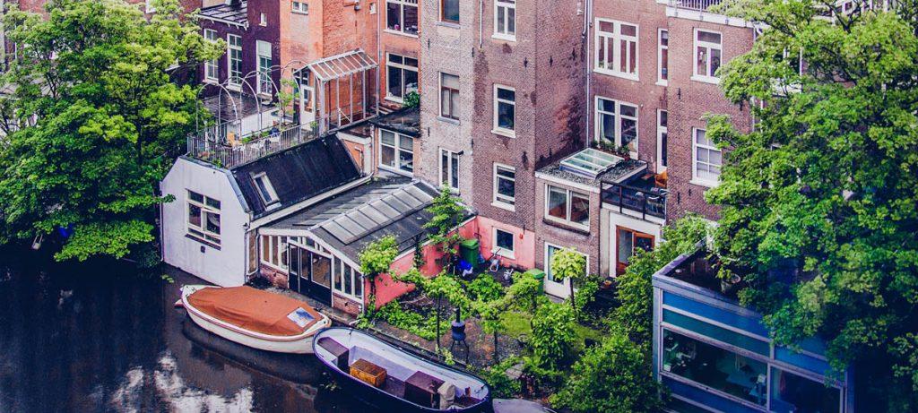 Woningen aan het water in groene omgeving
