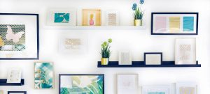 Wall of a room filled with pictureframes, how does rental indexing work ?