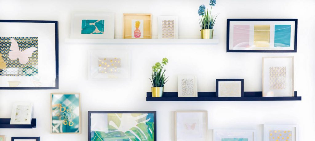 Wall of a room filled with pictureframes, how does rental indexing work?