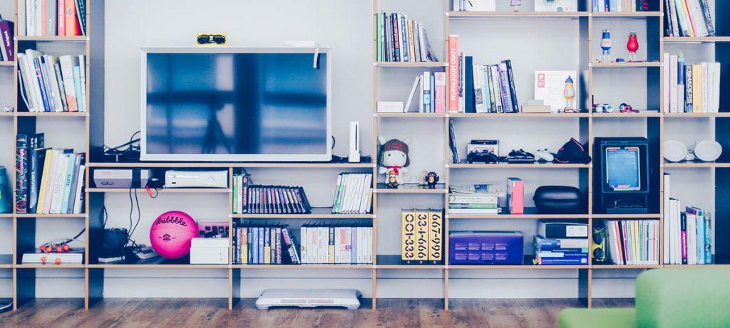 Plank met televisie en boeken
