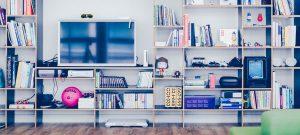 Etagere avec television et livres