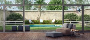Uitzicht vanuit een huis op een tuin met zwembad