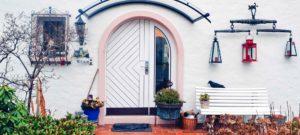 Decoration de l'espace devant un bien immobilier avec une façade blanche