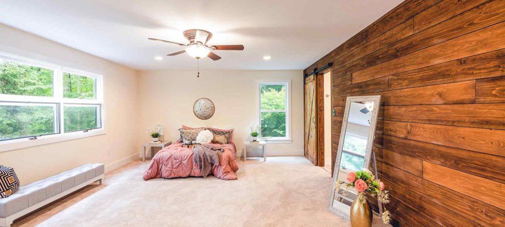 Chambre d'un bien immobilier avec une cloison en bois