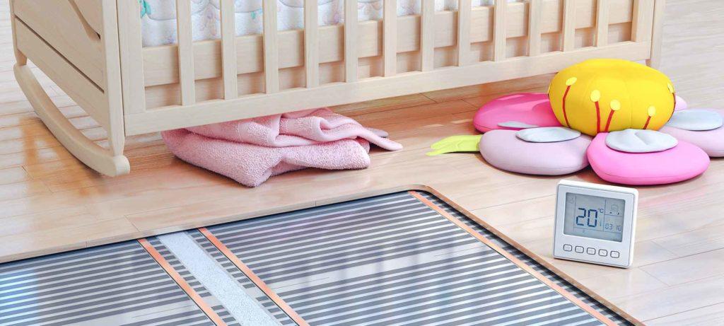 Chambre pour enfant avec plancher et thermostat sur le sol