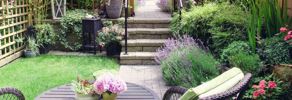 Kleine tuin met bloemen en meubilair