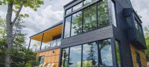 Gebouw met moderne architectuur in een groene omgeving