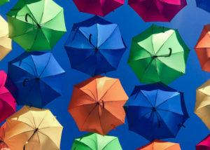Paraplu's in verschillende kleuren