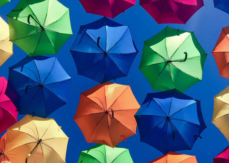 Parapluies de differentes couleurs