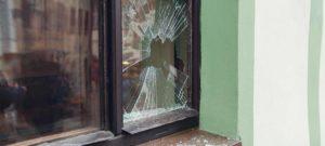 Gebroken glas met groene wand door beschadiging