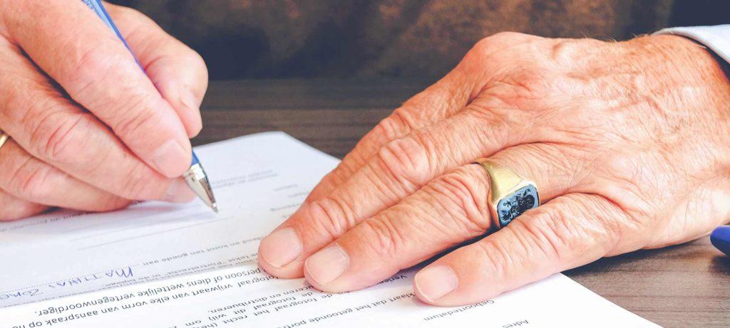 Personne qui remplit un document avec un stylo