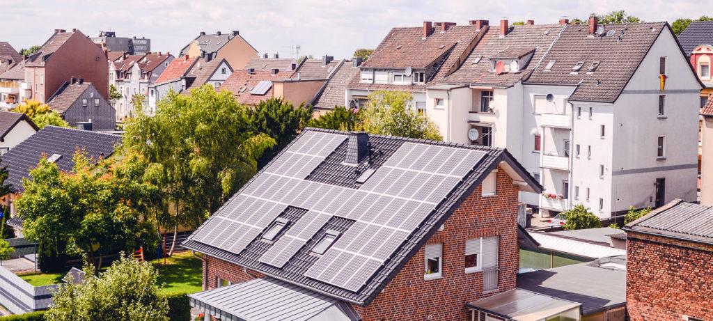 Maison en pierre avec panneaux solaires sur le toit