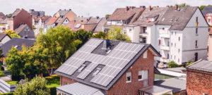 Stenen huis met zonnepanelen op het dak