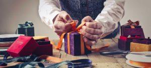 homme qui emballe des cadeaux, prêt hypothécaire après le bonus logement