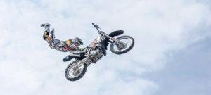 Stuntman op een crossmotor
