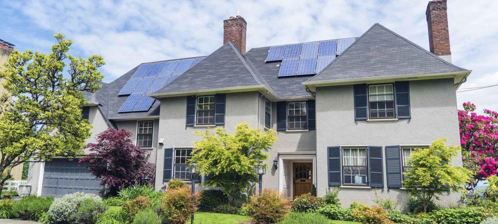 mooi huis met zonnepanelen op het dak