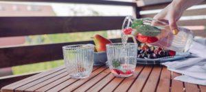 aperitief op het terras, tips om uw interieur fris te houden