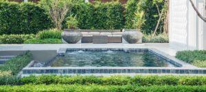 zwemvijver in een weelderige tuin