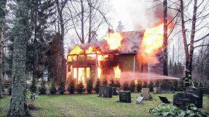 Huis dat in brand staat
