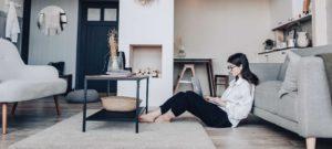 Meisje op computer in de woonkamer