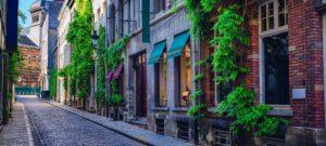 Rue dans le centre de Bruxelles, quelles sont les étapes pour la vente d'une maison