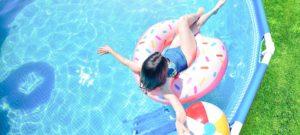 fille sur une bouée dans une piscine de jardin