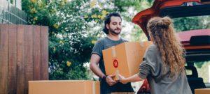 couple qui transporte de caisses de déménagement